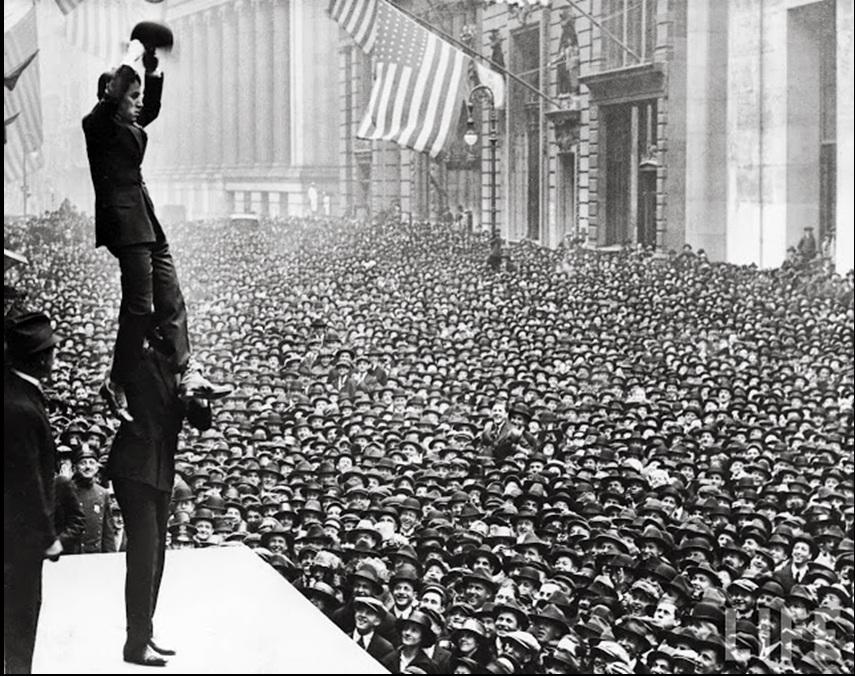 4. Čarli Čaplin i njegovi obožavatelji na ulicama Njujorka, 1918. godine.
