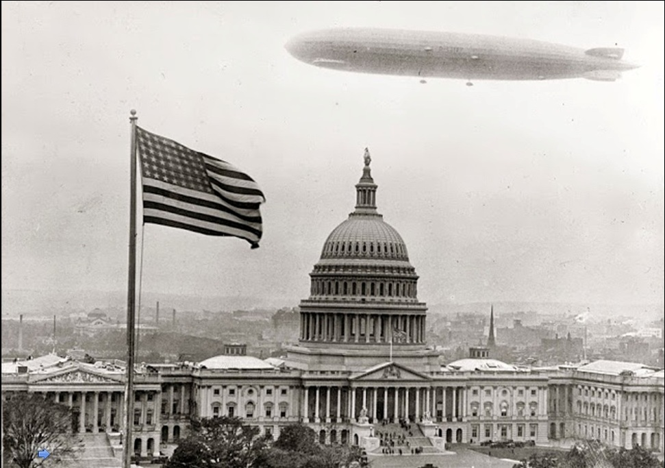6. Dirižabl leti iznad Bele kuće u Vašingtonu.