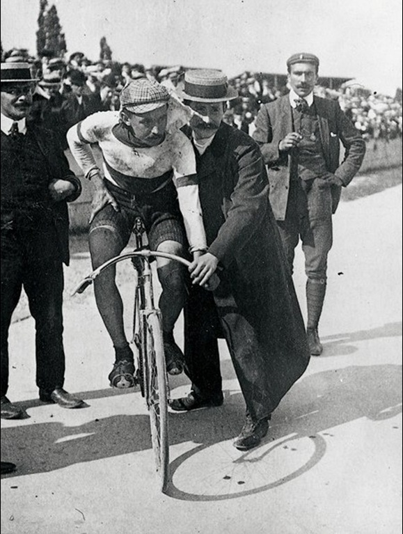 8. Prvi pobednik sada već tradicionalne i prestižne biciklističke trke Tour de France, daleke 1903. godine.