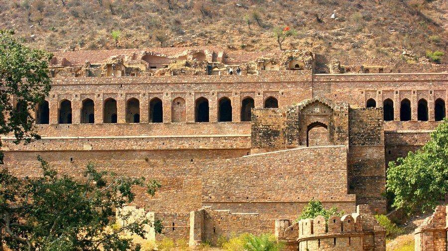 6. Bangar, Radžastan, Indija - Grad u severozapadnoj indiji je veoma brzo je napušten za vreme osvajačkog napada 1720. godine. Datira iz XV veka, a u brojne građevine koje su sačuvane, spadaju hramovi, tvrđava, paviljoni i srednjevekovna pijaca. Za ove ruševine važi verovanje da su uklete, čemu u prilog govore brojne jezive legende koje se o njima pripovedaju.