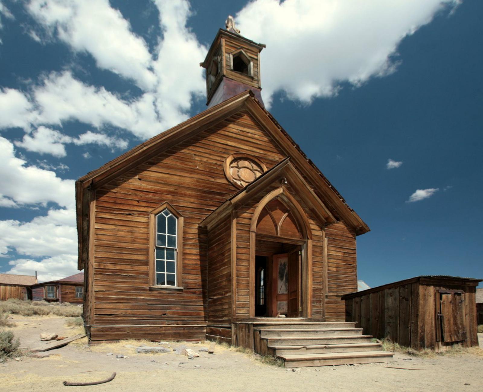 8. Bodi, Kalifornija - Davne 1879. godine Bodi je bio grad u procvatu u kom je živelo oko 8.500 stanovnika, koji su se pored toga što su bili rudari u potrazi za zlatom, isticali i po brojnim svađama i tučama. U roku od 10 godina, rudnici su uglavnom osiromašeni, što je dovelo do neprestanog pada broja stanovnika, a na kraju i totalnim napuštanjem ovog mesta. Iza stanovnika je ostalo 150 građevina koje su i dan danas očuvane.