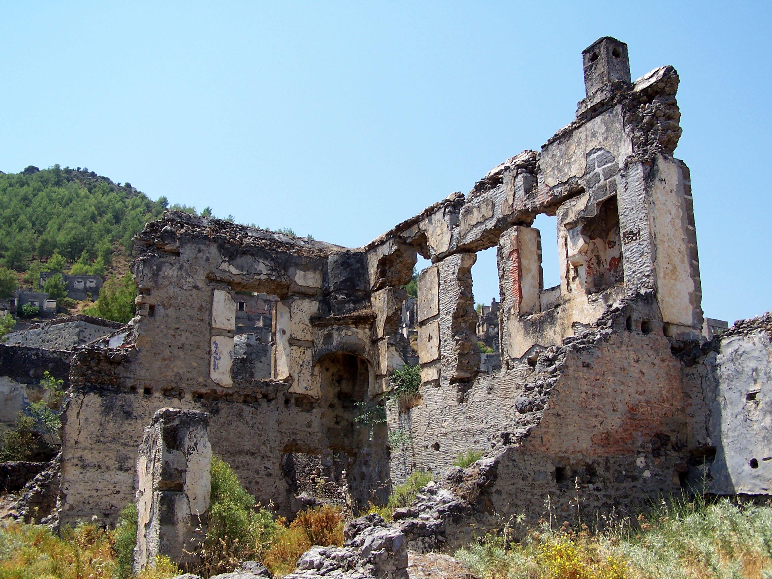 5. Kajakoj, Anatlija, Turska - Sa završetkom grčko-turskog rata, oko milion Grka se iselilo iz Turske, uključujući oko 2.000 stanovnika grčkog sela Kaikoia. Ostaci sela, stotine domova i čak dve pravoslavne crkve predstavljaju danas istorijsku i turističku atrakciju.