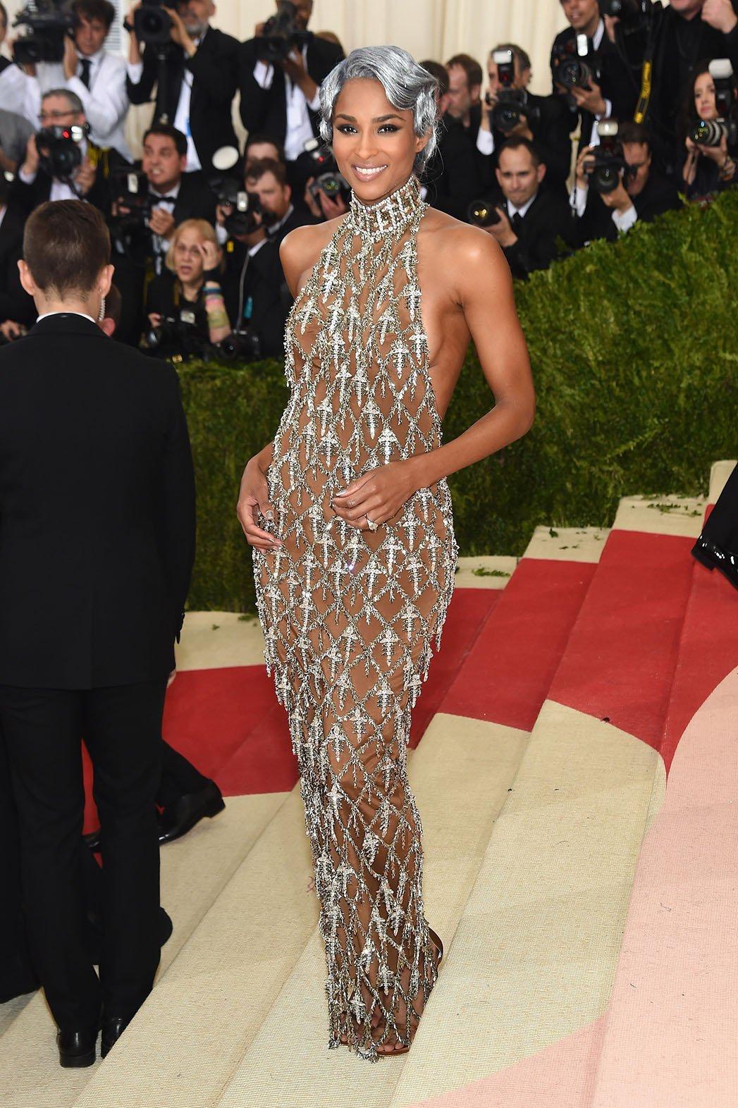 2.  Ciara nosi haljinu, ručni rad H&M sa Swarowrski kristalima
