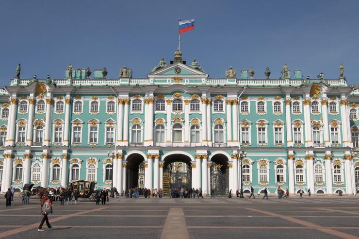 Ermitaž, Sankt Peterburg - Jedan je od najprostranijih, najlepših i najznačajnijih umetničkih galerija sa velikom tradicijom i svetskim istorijskim značajem. Raznovrsna zbirka izložena je u 6 objekata, a glavna zgrada je Zimski dvorac, poznat kao rezidencija ruskih carskih porodica, koji je smešten uz samu Nevu, sa pogledom na tvrđavu sa impozantnom Sabornom crkvom Petra i Pavla. 60.000 eksponata smešteno je u više od 350 prostorija.