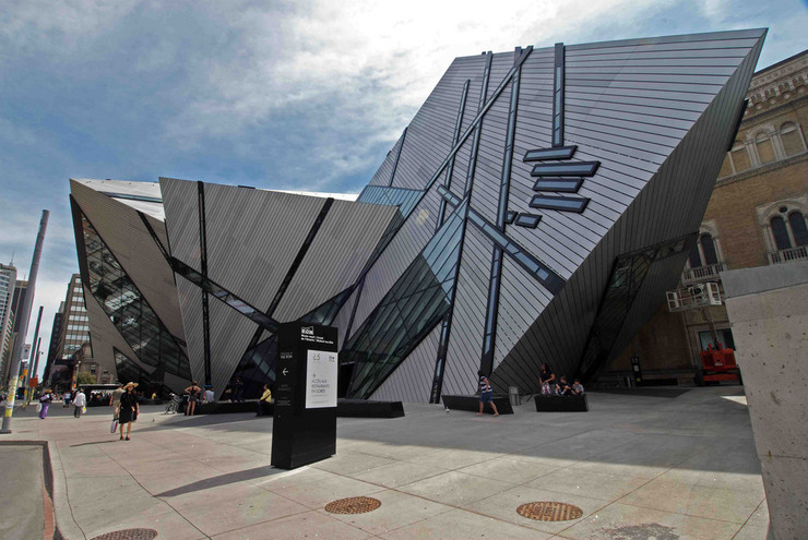 """Kraljevski muzej u Kanadi - Skraćenica po kojoj se prepoznaje muzej je ROM (""""Royal Ontario Museum""""). Čuva 6.000.000 eksponata, u oko 40 galerija i delo je Danijela Libeskinda, koji je inspiraciju za idejno rešenje objekta, pronašao upravo u muzejskoj kolekciji dragog kamenja."""