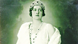 """Kraljica Marija Karađorđević - Žena kralja Aleksandra I Karađorđevića, rođena je u mestu Goti, u Rumuniji. Bila je kraljica koju je tadašnji srpski narod obožavao. Blagog karaktera i posvećena porodici. Krasio je nadimak """"minjon"""". Bila je veliki zaljubljenik u automobile, a zanimljivo je da je upravo ona  i prva žena u kraljevini, koja je posedovala vozačku dozvolu."""