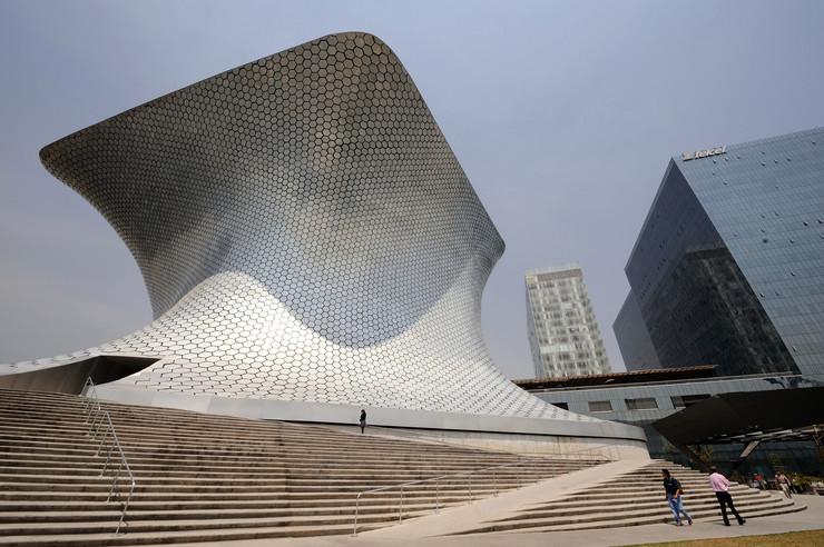 Sumaja u Meksiko Sitiju - Popločan spolja sa 16.000 šestougaonih aluminijumskih ploča, koje reflektuju sunčevu svetlost, u vlasništvu je jednog od najbogatijih ljudi, Karlosa Slima. Nosi naziv po njegovoj pokojnoj supruzi Sumaji. Poseduje 66.000 eksponata, među kojima su slike Da Vinčija, Monea, Renoara, kao i najveća kolekcija Rodenovih skulptura van tla Francuske.