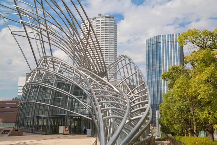 Narodni muzej u Osaki - Kao inspiracija za izgled muzeja, poslužili su štapovi bambusa na vetru. Spolja je to jedinstvena stakleno-čelična konstrukcija, koja se pruža u visinu 50 metara, dok je deo muzeja smešten pod zemljom. Zbog spoljašnje arhitekture, tokom celog dana  u holu muzeja vlada posebna atmosfera, zbog svetla koja se prelamaju i stvaraju jedinstven osećaj.