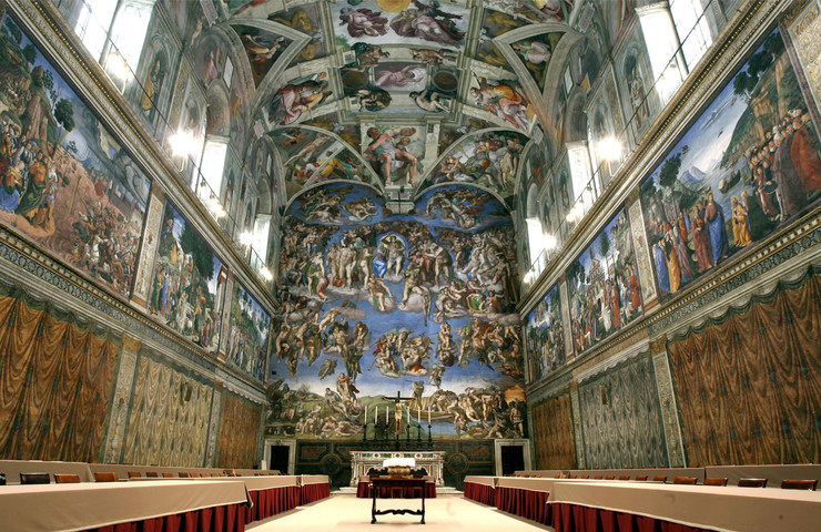 Vatikanski muzej - Smešten unutar Vatikanske palate, obuhvata ukupno 1.400 raskošnih prostorija. U njima su smeštena najvrednija dela svetske umetnosti, koje su pape prikupljale stotinama godina. Možemo konstatovati da ne postoji umetnik za koga je svet čuo, a da bar neko njegovo delo nije u ovom specifičnom muzeju.
