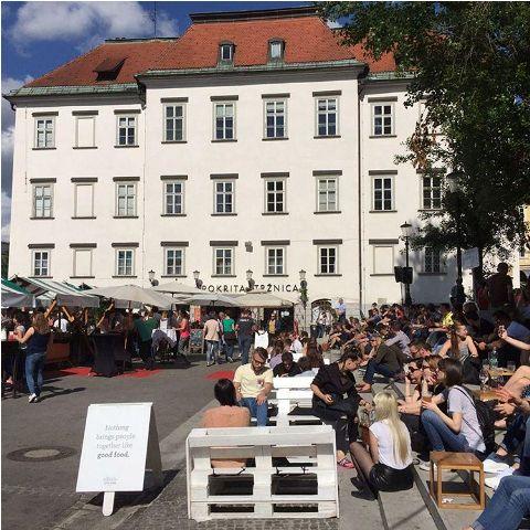 Kuhinja na otvorenom: Ovaj događaj, ukoliko se nalazite u Ljubljani u vreme njegovog održavanja (a često se održava), na prostoru Pogačarjevog trga, obavezno obiđite. Ovom prilikom, raznorazni restorani, koji nude hranu iz svih krajeva sveta, kuvaju za vas. Za svaki restoran obezbeđena je po jedna tezga. Higijena je besprekorna, a cene hrane su pristojne.