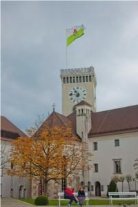 Ljubljaniski grad: Iako na Ljubljanski grad možete otići i peške i uspinjačom, savetujemo vam kombinaciju ova dva vida dolaska do tvrđave, jer oba predstavljaju svojevrsan doživljaj. Pogled odozgo je veličanstven, a na gradu možete uživati u brojnim sadržajima.