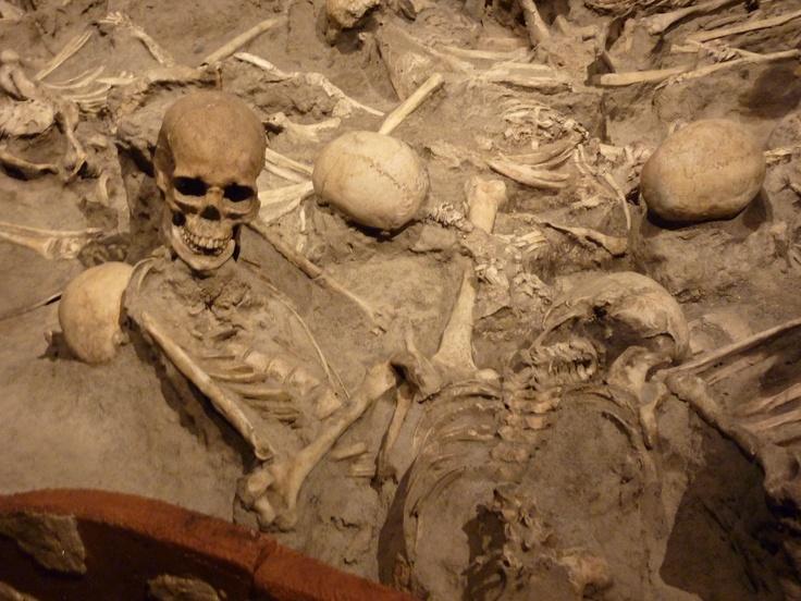 3. Herkulaneum, Napulj, italija - Leta davne 79. godine nove ere, sahranjen je bogati trgovaćki grad, erupcijom vulkana Vezuv, kamenjem i pepelom. Arheološka iskopavanja otkrila su veliki broj privatnih vila, prodavnica, javnih kupatila i mnogih fascinantnih predmeta iz svakodnevne upotrebe.