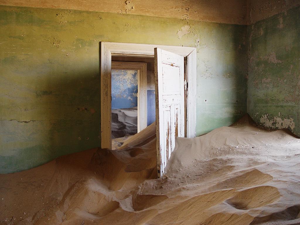 1. Kolmanskop, Namibija - Smešten između peščanih dina, ovaj gradić je sagrađen za potrebe radnika u obližnjem rudniku dijamanata. Napušten je pedesetih godina prošlog veka i ostavljen na milost i nemilost pustinji. Gotovo svaka građevina je ispunjena peskom, ali su enterijeri nekih kuća ostali u dobrom stanju.
