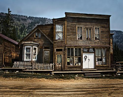 10. Sveti Elmo, Kolorado - Nekada razvijeno rudarsko mesto sa blistavom budućnošću, sagrađeno pored pruge koja je vodila kroz centralni deo Kolorada. St. Elmo je napušten 1922. godine kada je pruga zatvorena. Većina stambenih objekata i prodavnica je ostala netaknuta, uključujući stvari i nameštaj koje su nekadašnji stanovnici ostavili za sobom.