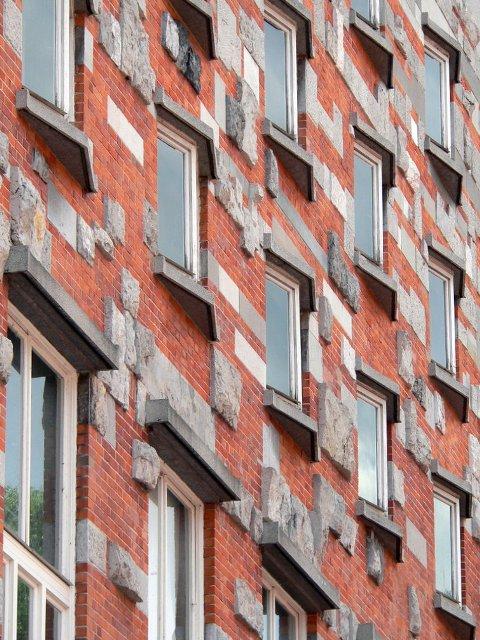Jože Plečnik je arhitekta koji je može se reći, izgradio pola Ljubljane, te ćete se na svakom ćošku susresti sa njegovim arhitektonskim zdanjima, no, kada se približite ljubljanskoj Narodnoj biblioteci, obavezno podignite pogled ka prozorima i razmislite na šta vas oni podsećaju.