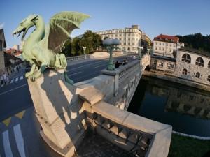 Ljubljanica i mostovi: Ukoliko se odlučite da provedete dan ili dva u Ljubljani, sigurno nećete preskočiti obilazak malih mostova od kojih svaki krije delić istorije grada, niti ćete zaobići kafu ili ručak u nekom od ukusno uređenih kafića ili restorana na obali reke. Nemojte brinuti ukoliko ste se odlučili da neki hladniji dan provedete u Ljubljani, sve bašte lokala rade, jer je u Sloveniji pušenje unutar lokala zabranjeno, te se grad ne povlači u zatvoreni prostor zimi, već živi napolju, uz brojne grejalice.